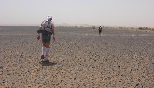 Zurück im großen Sandkasten - Steinwüste - Marathon des Sables