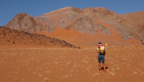 Läufer in sandiger Ebene - Die lange Etappe beim Marathon des Sables