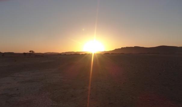 Sonnenuntergang über einem ausgetrockneten See - Die lange Etappe beim Marathon des Sables