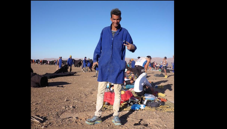 Marokkanischer Helfer mit neuen Schuhen - Die lange Etappe beim Marathon des Sables