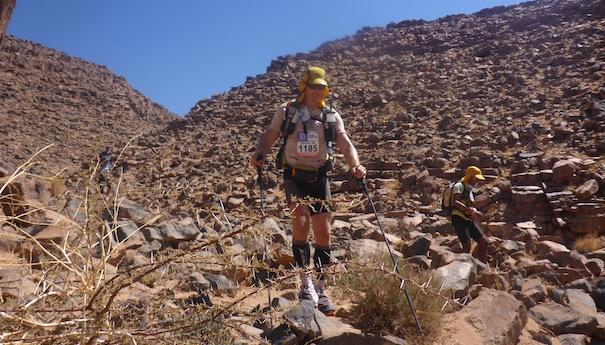 bergab im steinigen Bachlauf - Die lange Etappe beim Marathon des Sables