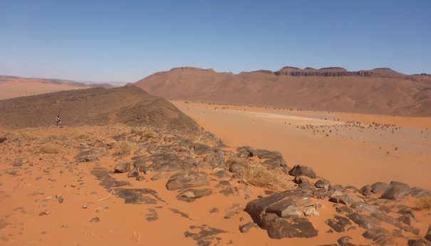 Blick über ein sandiges weites Tal - Die lange Etappe beim Marathon des Sables