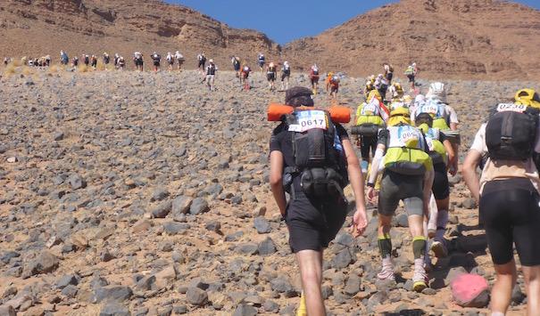 Bergauf im steinigen Geröll - Die lange Etappe beim Marathon des Sables